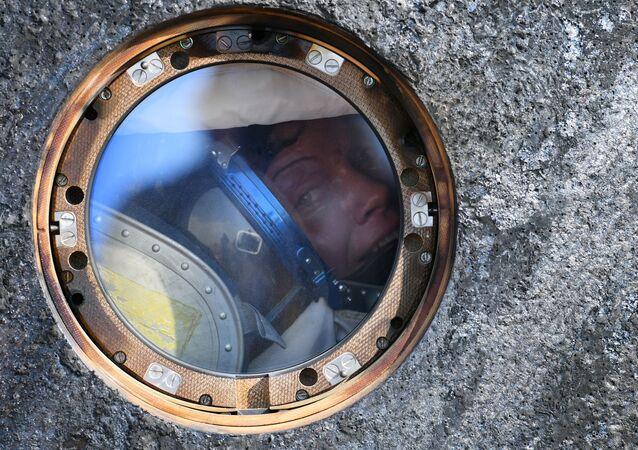 Astronautka NASA Anne McClain po lądowaniu kapsuły transportowej statku załogowego Sojuz MS-11 z międzynarodową załogą długookresowych wypraw MSK – 58/59 niedaleko miasta Żezkazgan w Kazachstanie.