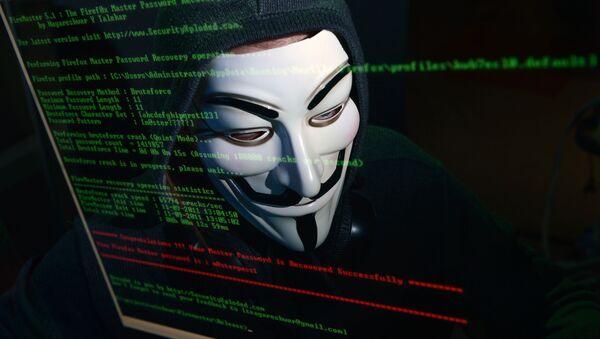 Haker w masce przed komputerem - Sputnik Polska