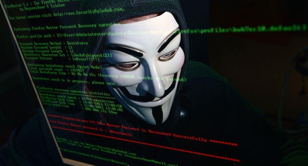 Haker w masce przed komputerem