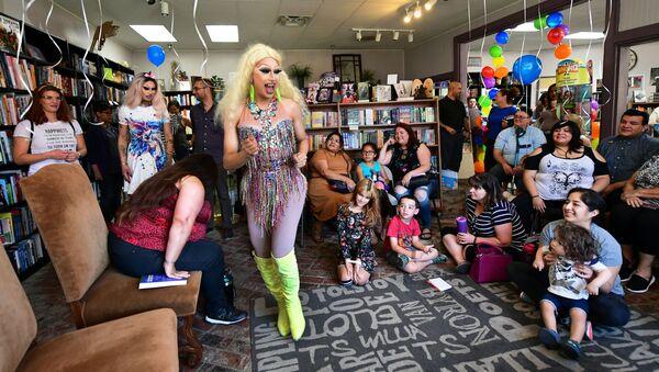 Drag queen w księgarni w Kalifornii  - Sputnik Polska