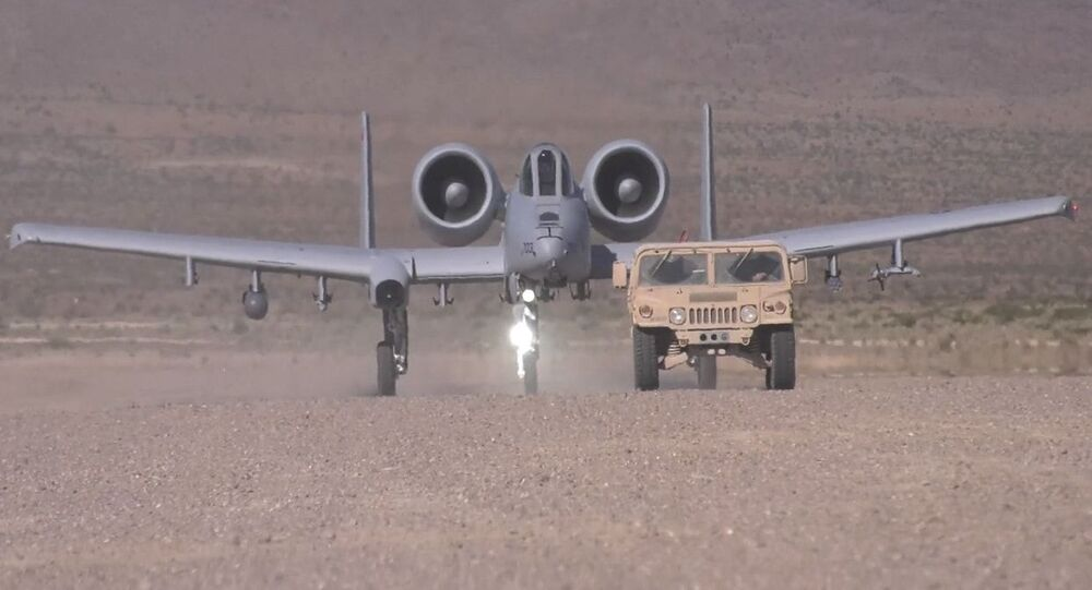 Demonstracja lądowania amerykańskiego jednomiejscowego dwusilnikowego samolotu szturmowego A-10 Thunderbolt II