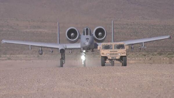 Demonstracja lądowania amerykańskiego jednomiejscowego dwusilnikowego samolotu szturmowego A-10 Thunderbolt II - Sputnik Polska