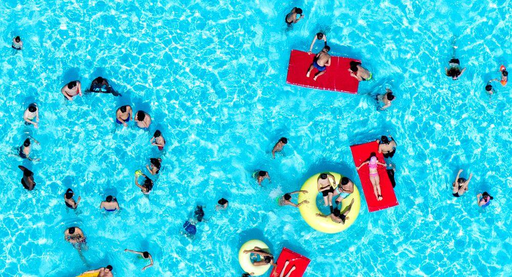 Ludzie odpoczywający na basenie