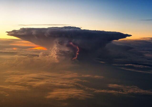 Chmura z piorunem w środku