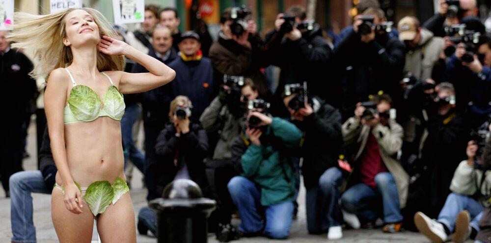 Miss Wielkej Brytanii Brooke Johnston w bikini z sałaty