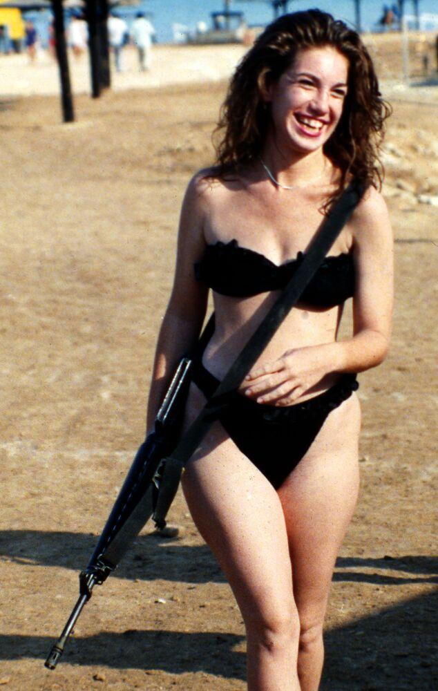 Dziewczyna w bikini z karabinem. Izrael