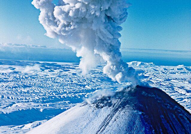Wyrzut popiołu przez wulkan Kluczewska Sopka