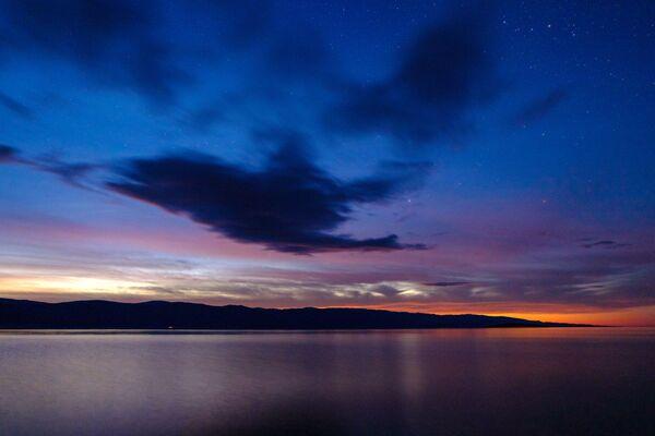 Zachód słońca z wyspy Olchon na jeziorze Bajkał w obwodzie irkuckim - Sputnik Polska