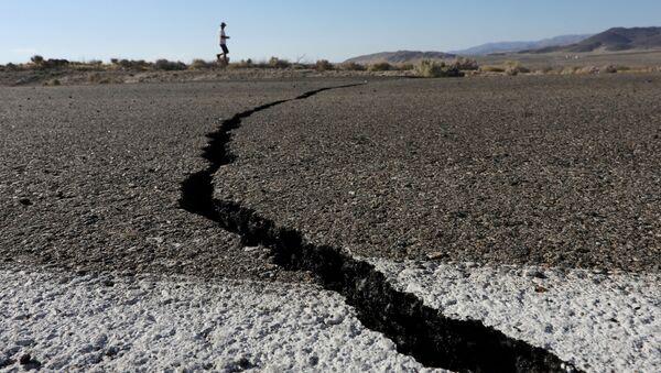 Pęknięcie ziemi powstałe w wyniku trzęsienia ziemi. Kalifornia, USA - Sputnik Polska
