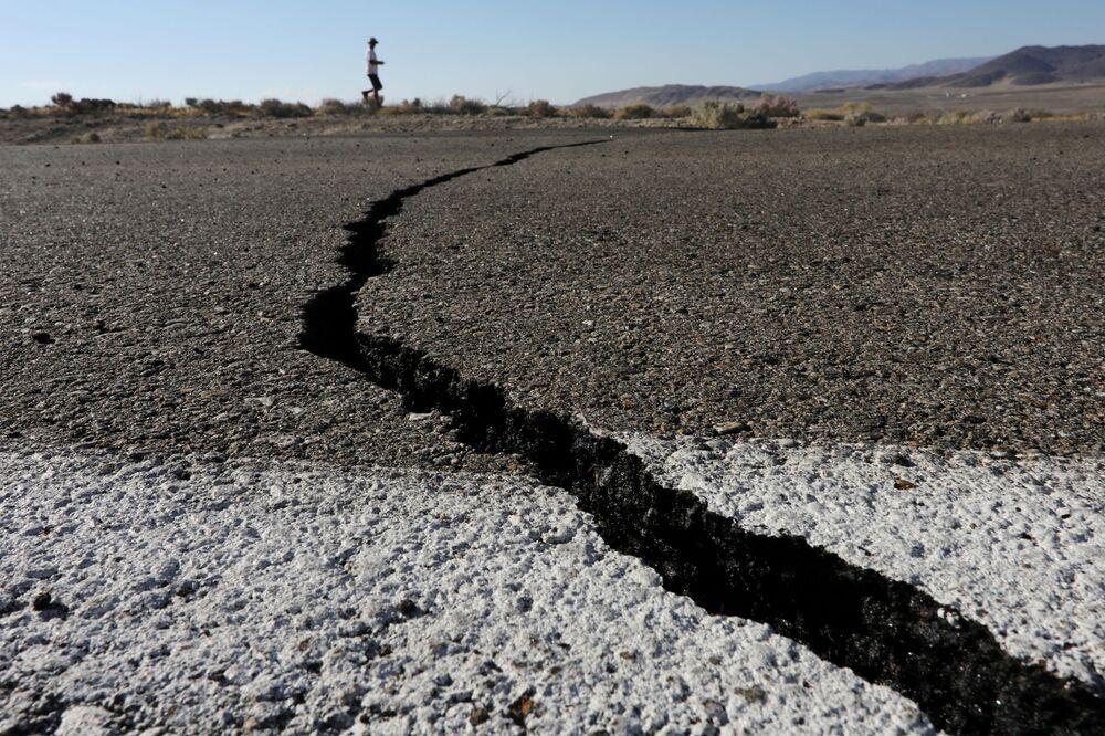 Pęknięcie ziemi powstałe w wyniku trzęsienia ziemi. Kalifornia, USA.