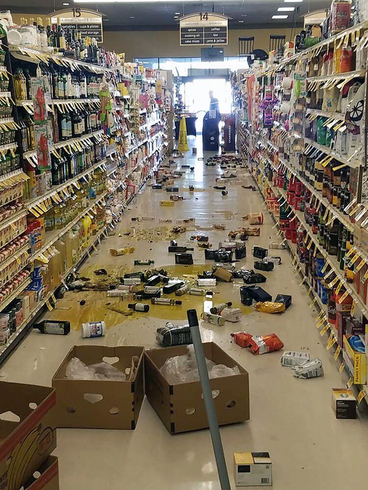 Porozrzucany towar w sklepie nad jeziorem Isabella po trzęsieniu ziemi o sile 6,4 stopnia w Kalifornii Południowej.