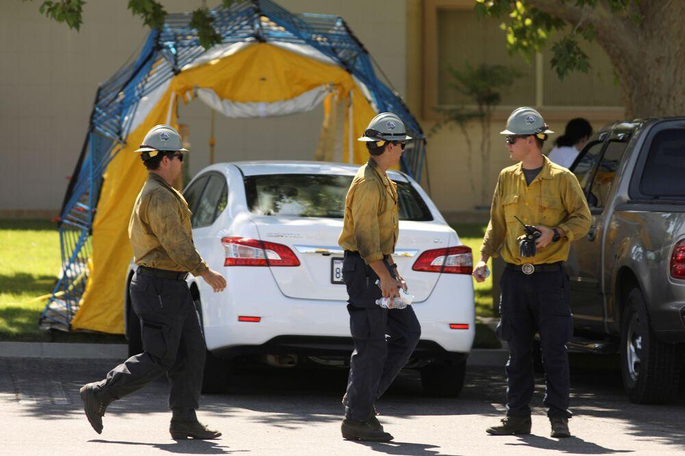 Strażacy przed szpitalem w Ridgecrest po trzęsieniu ziemi w Kalifornii, USA.
