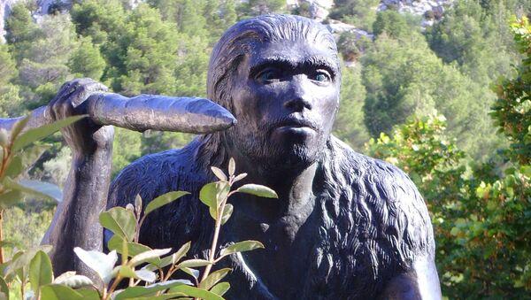 Rzeźba człowieka wyprostowanego (Homo erectus) - Sputnik Polska