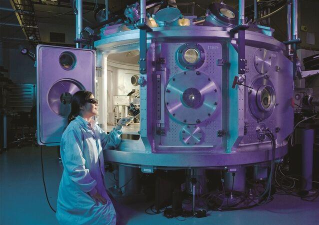 Naukowiec w laboratorium fizycznym. Zdjęcie archiwalne
