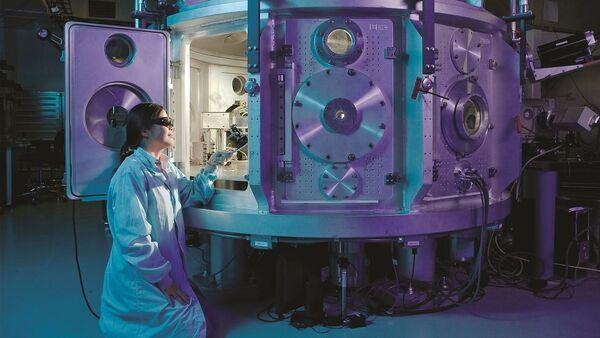Naukowiec w laboratorium fizycznym. Zdjęcie archiwalne - Sputnik Polska