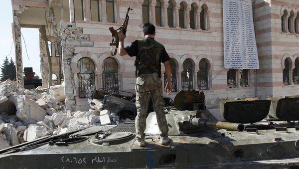 Żołnierz syryjskiej armii stoi na czołgu - Sputnik Polska