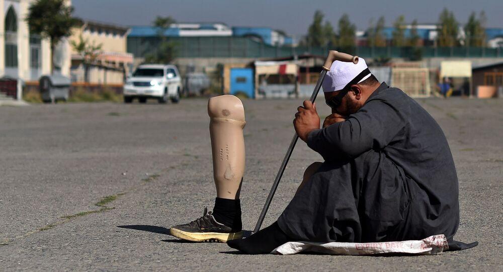 Afgański muzułmanin prosi o pieniądze na ulicy