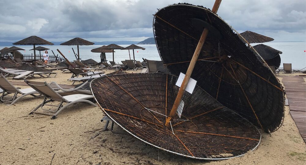 Następstwa huraganu na plaży hotelu Porto Carras na Półwyspie Chalcydyckim w Grecji