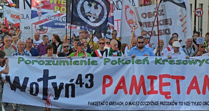 Uczestnicy akcji, upamiętniającej ofiary Rzezi Wołyńskiej w Warszawie.