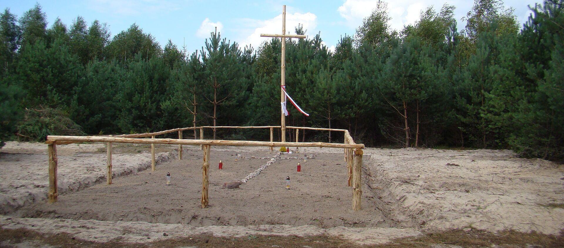 Miejsce ekshumacji ofiar Rzezi Wołyńskiej we wsi Ostruczki na Ukrainie - Sputnik Polska, 1920, 05.09.2020