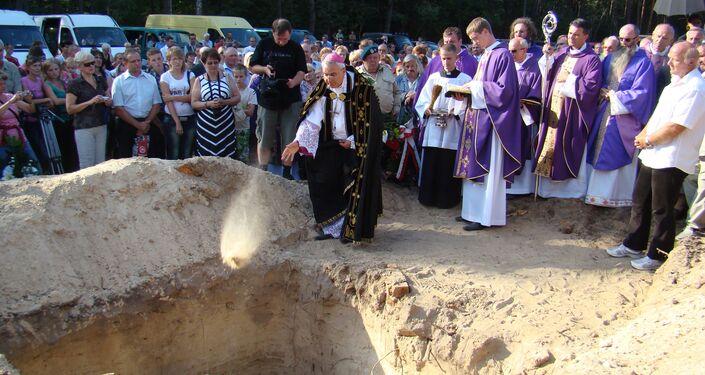 Grób ofiar masowych mordów na polskich mieszkańcach w wołyńskiej wsi Ostruczki.