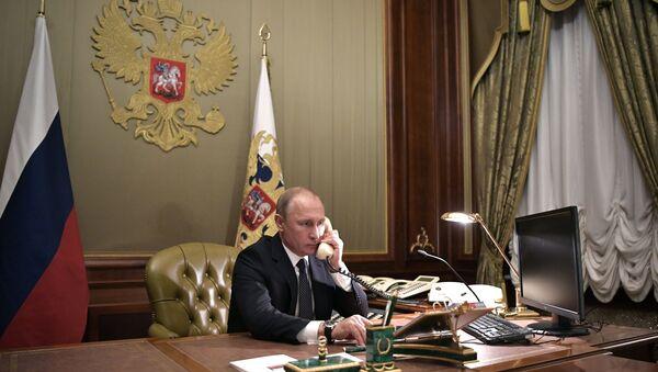 Władimir Putin rozmawia przez telefon - Sputnik Polska