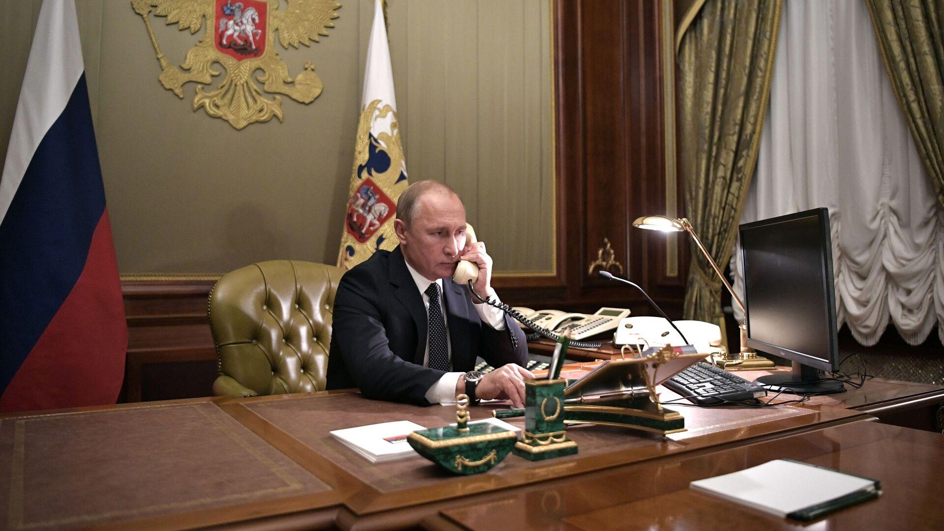 Władimir Putin rozmawia przez telefon - Sputnik Polska, 1920, 25.08.2021