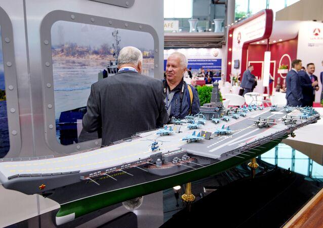 Makieta nowego lotniskowca Lamantin na międzynarodowych targach w Petersburgu