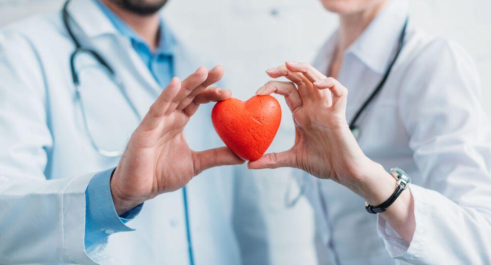 Lekarze trzymają serduszko
