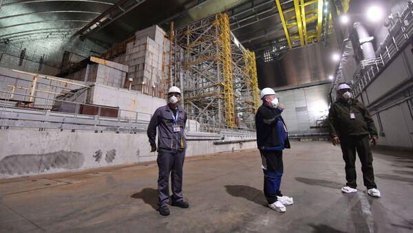 Pracownicy wewnątrz nowego metalowego sarkofagu nad Czarnobylską Elektrownią Atomową - Sputnik Polska