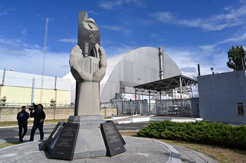 Pomnik przy nowym sarkofagu nad Czarnobylską Elektrownią Atomową.