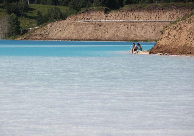 Młoda para nad jeziorem nowosybirskiej ciepłowni