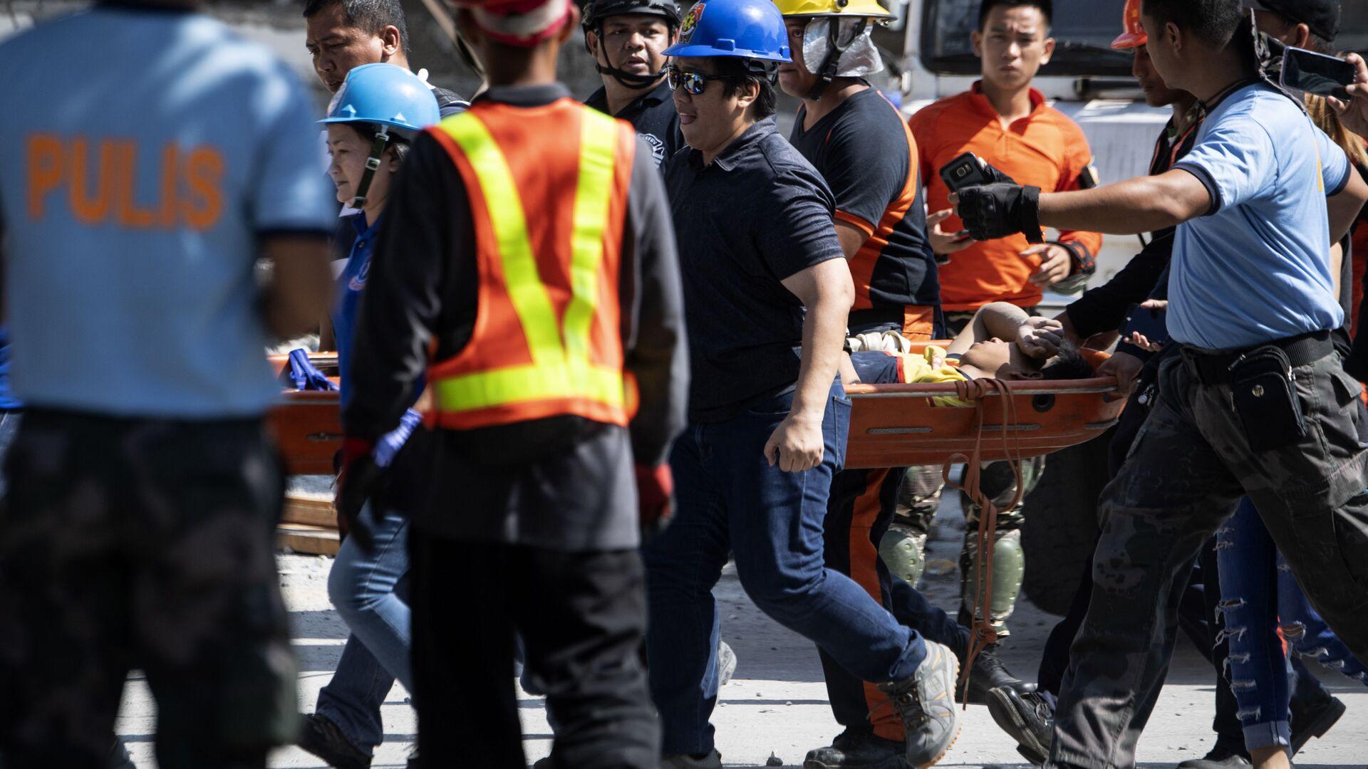 Ratownicy pomagają ofiarom trzęsienia ziemi na Filipinach - Sputnik Polska, 1920, 04.07.2021