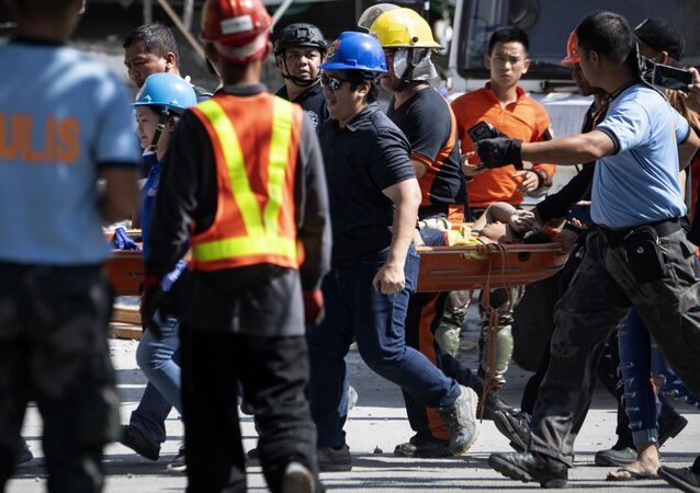 Ratownicy pomagają ofiarom trzęsienia ziemi na Filipinach