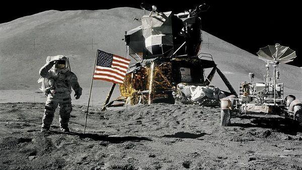 Astronauta James Irwin obok amerykańskiej fladze na Księżycu w ramach misji Apollon-15, 1971 rok - Sputnik Polska