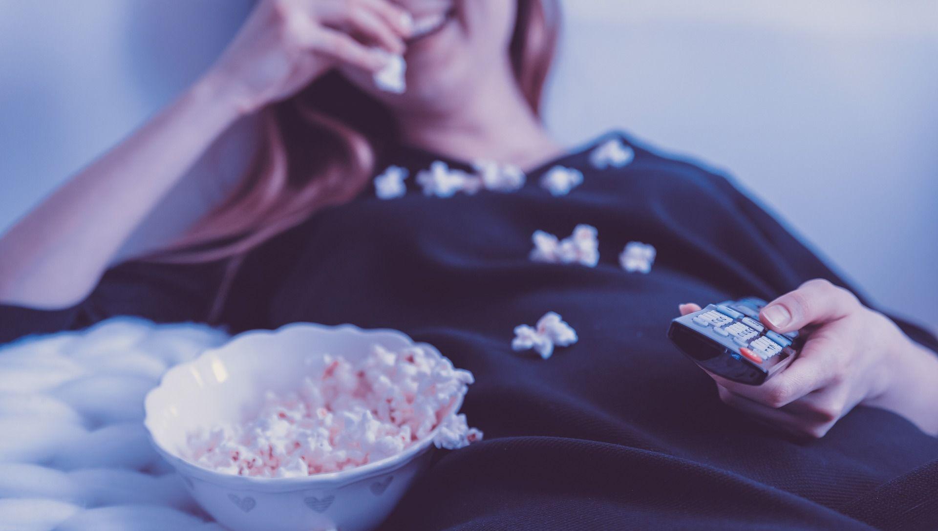 Dziewczyna jedząca popcorn - Sputnik Polska, 1920, 03.06.2021