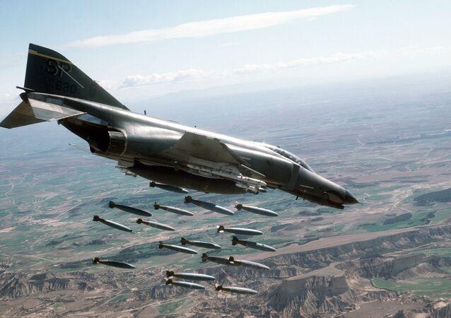 Amerykański samolot F-4E Phantom II zrzuca bomby Mk-82
