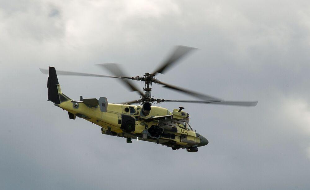 Śmigłowiec szturmowy Ка-52 Alligator podczas lotu próbnego w Kraju Nadmorskim