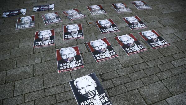 Plakaty z wizerunkiem Juliana Assange'a - Sputnik Polska