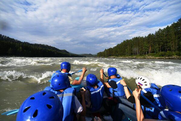 Turyści podczas spływu po rzece Katuń w Republice Ałtaju - Sputnik Polska