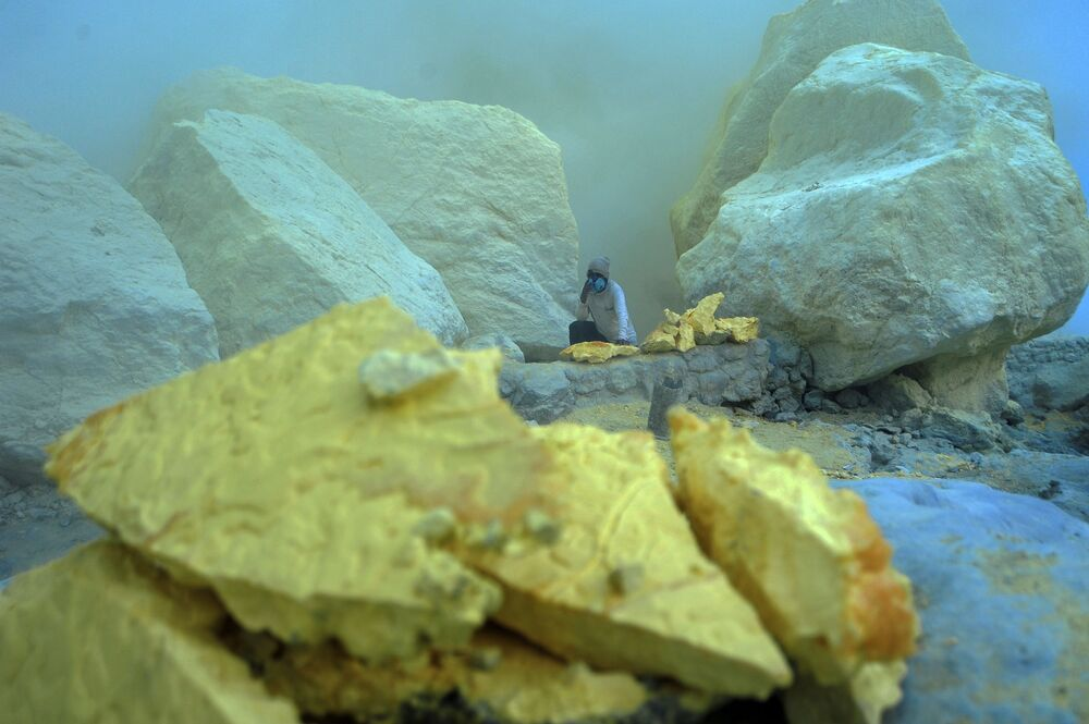 Wydobycie siarki wewnątrz wulkanu Kawah Ijen