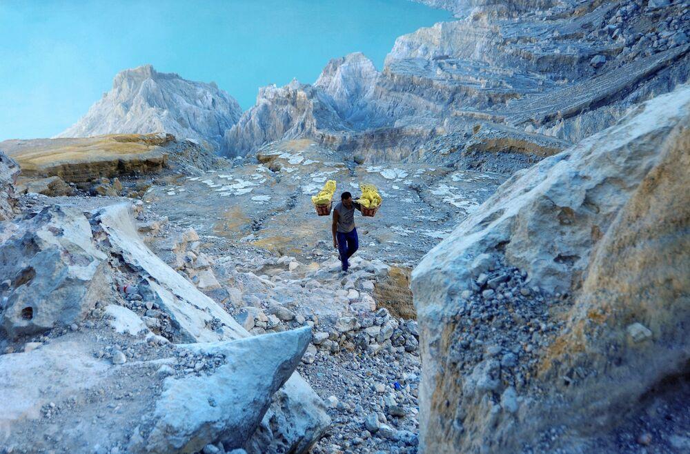 Wydobycie żółtej siarki wewnątrz wulkanu Kawah Ijen