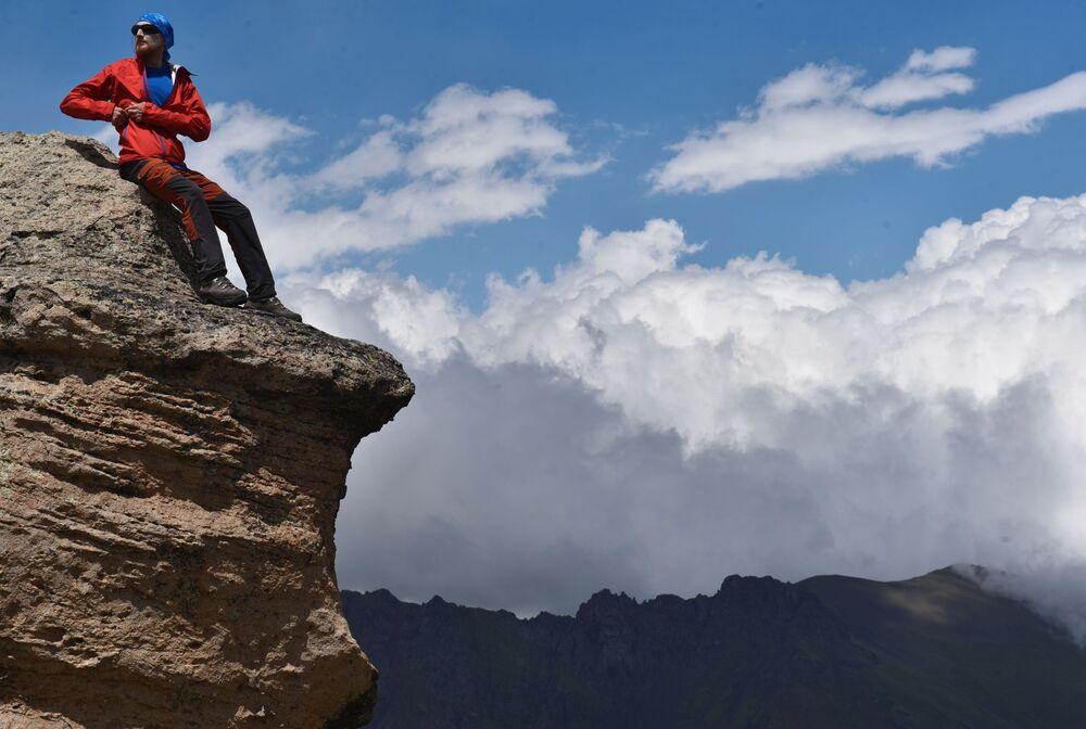 Alpinista na jednej ze skał podczas wspinaczki na najwyższy szczyt Kaukazu – Elbrus