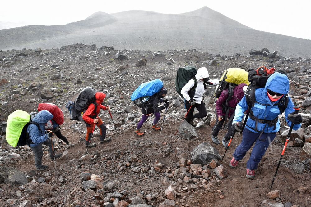 Grupa alpinistów w drodze na najwyższy szczyt Kaukazu – Elbrus