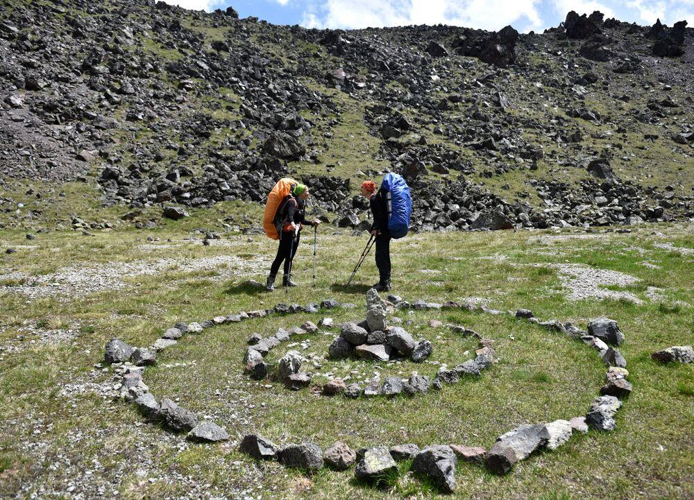 Alpiniści w pobliżu labiryntu w drodze do obozu w okolicach góry Elbrus