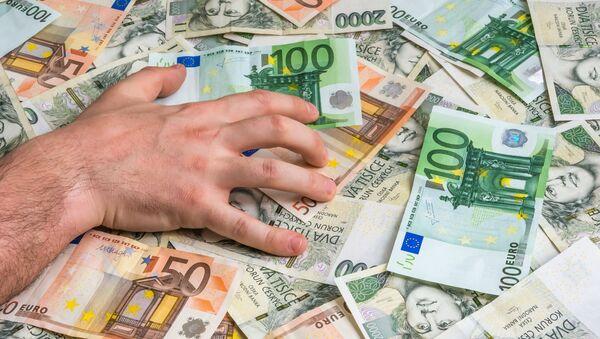 Ręka mężczyzny na banknotach euro i czeskich złotych - Sputnik Polska