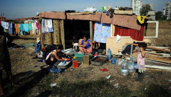 Cygańska rodzina w zbudowanym samodzielnie mieszkaniu na obrzeżach bułgarskiego miasta Jamboł - Sputnik Polska