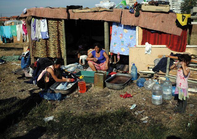 Cygańska rodzina w zbudowanym samodzielnie mieszkaniu na obrzeżach bułgarskiego miasta Jamboł