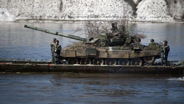 Transport czołgu T-72 przez rzekę Don w czasie ćwiczeń na poligonie Prudboj w obwodzie wołgogradzkim - Sputnik Polska