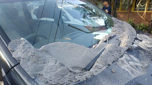 Popiół wulkaniczny osiadły na samochodzie w wyniku erupcji wulkanu na Jawie - Sputnik Polska
